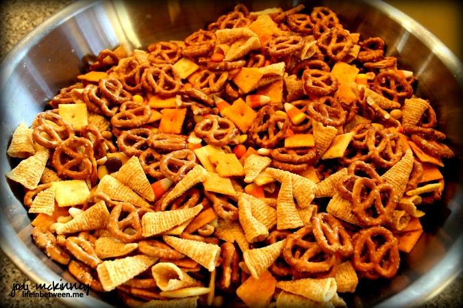 thanksgiving crack snack mix bowl