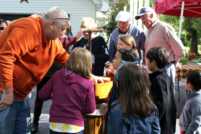 krautfest-2016-teaching-the-kids-about-the-apple-press